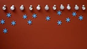 Dekorera jul och det nya året på röd bakgrund royaltyfri bild