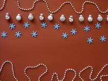 Dekorera jul och det nya året på röd bakgrund arkivfoton