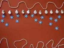 Dekorera jul och det nya året på röd bakgrund royaltyfri fotografi