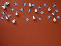 Dekorera jul och det nya året på röd bakgrund arkivfoto
