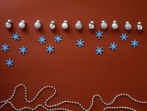 Dekorera jul och det nya året på röd bakgrund royaltyfri foto