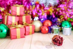 Dekorera jul på det wood golvet Royaltyfri Foto