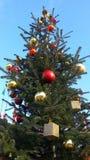 Dekorera julgranen, färgade bollar och guld- leksaker Royaltyfria Bilder