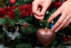 Dekorera julgranen med förälskelse Arkivfoto