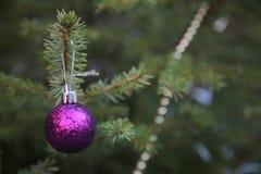 Dekorera julgranen på den gröna bakgrunden Arkivbilder