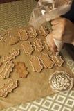 Dekorera kakor med isläggningröret Royaltyfri Fotografi