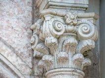 Dekorera kolonnen på det heliga korset royaltyfri bild