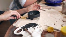 Dekorera lera råna i ett seminarium arkivfilmer
