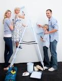 dekorera lyckligt home nytt deras för familj Arkivfoton