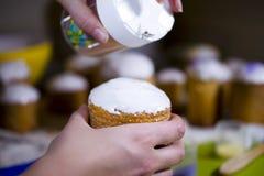 Dekorera påsken som bakar dekorativa kulöra sötsaker som bakar pastri Fotografering för Bildbyråer
