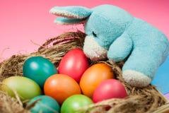 Dekorera påskkaninen och färgrika påskägg arkivfoto