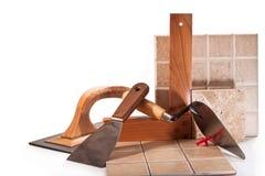 Dekorera väggarna med keramiska tegelplattor arkivbilder