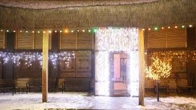 Dekorerad borggård nära huset på julhelgdagsafton arkivfoto