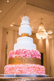 Dekorerad bröllopstårta med blomman royaltyfri fotografi