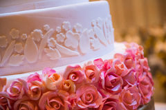 Dekorerad bröllopstårta med blomman royaltyfri foto