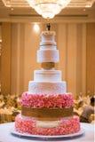 Dekorerad bröllopstårta med blomman arkivbilder