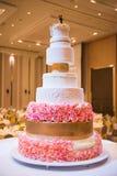 Dekorerad bröllopstårta med blomman royaltyfria foton