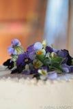 Dekorerad bröllopstårta med blommor Arkivfoto