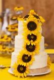 Dekorerad bröllopstårta med solrosor Arkivfoton