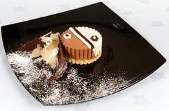 Dekorerad chokladtårta arkivbilder