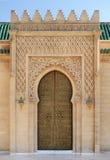 Dekorerad dörr av mausoleet av Mohammed V i Rabat, Marocko Royaltyfria Bilder