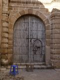 Dekorerad dörr i africa arkivbild