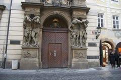 Dekorerad dörr med statyer Royaltyfri Foto