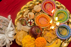 Dekorerad Diwali thali Arkivfoton