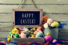 Dekorerad easter ägg och text lyckliga easter Royaltyfria Bilder