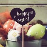 Dekorerad easter ägg och text lyckliga easter Arkivbild