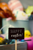 Dekorerad easter ägg och text lyckliga easter Fotografering för Bildbyråer