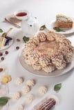 Dekorerad efterrätttabell var kakan med maräng, i lager stycken av kakan Ordning av läckra sötsaker, bästa sikt arkivfoton