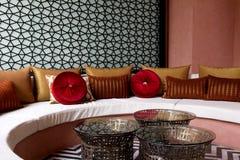 Dekorerad fansy soffa för vardagsrum royaltyfri fotografi