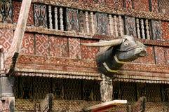 Dekorerad fasad av det traditionella huset av folk som bor i regionen Tana Toraja på den indonesiska Sulawesi ön Arkivbilder