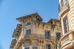 Dekorerad fasad av ett historiskt hus i Nice, Frankrike Du kan se de typiska f?nstren, balkongerna och slutarna av ett medelhavs- royaltyfria bilder