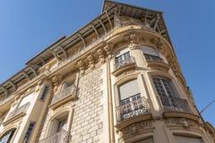 Dekorerad fasad av ett historiskt hus i Nice, Frankrike Du kan se de typiska f?nstren, balkongerna och slutarna av ett medelhavs- arkivfoton