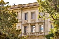 Dekorerad fasad av ett historiskt hus i Nice, Frankrike Du kan se de typiska f?nstren, balkongerna och slutarna av ett medelhavs- royaltyfri bild
