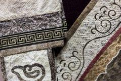 Dekorerad fiskhud beklär delar Etniskt tyg med tradional Arkivfoton