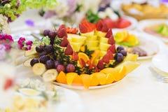 Dekorerad fruktplatta Arkivfoton