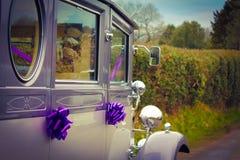 Dekorerad gifta sig bil arkivbilder