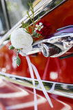 Dekorerad gifta sig bil Arkivbild