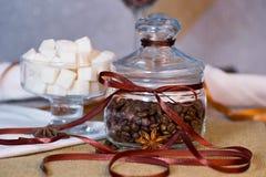 dekorerad glass jar för bönor kaffe Arkivfoto