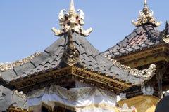 Dekorerad hinduisk tempel, Nusa Penida, Indonesien royaltyfria bilder