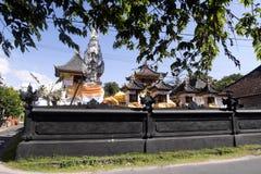 Dekorerad hinduisk tempel, Nusa Penida, Indonesien royaltyfri bild
