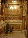 Dekorerad inre med ljuskronan och palmträd royaltyfri foto