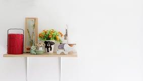 Dekorerad inre på hylla, den pålagda keramisk och matbäraren royaltyfri fotografi