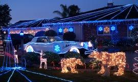 Dekorerad jul inhyser och den Phantom Zimmer lyxbilen Arkivbild