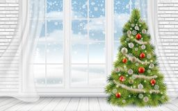Dekorerad julgran i den ljusa inre Royaltyfria Foton