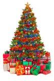 Dekorerad julgran med isolerade gåvor Arkivbild