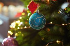 Dekorerad julgran med ljus rad arkivfoton